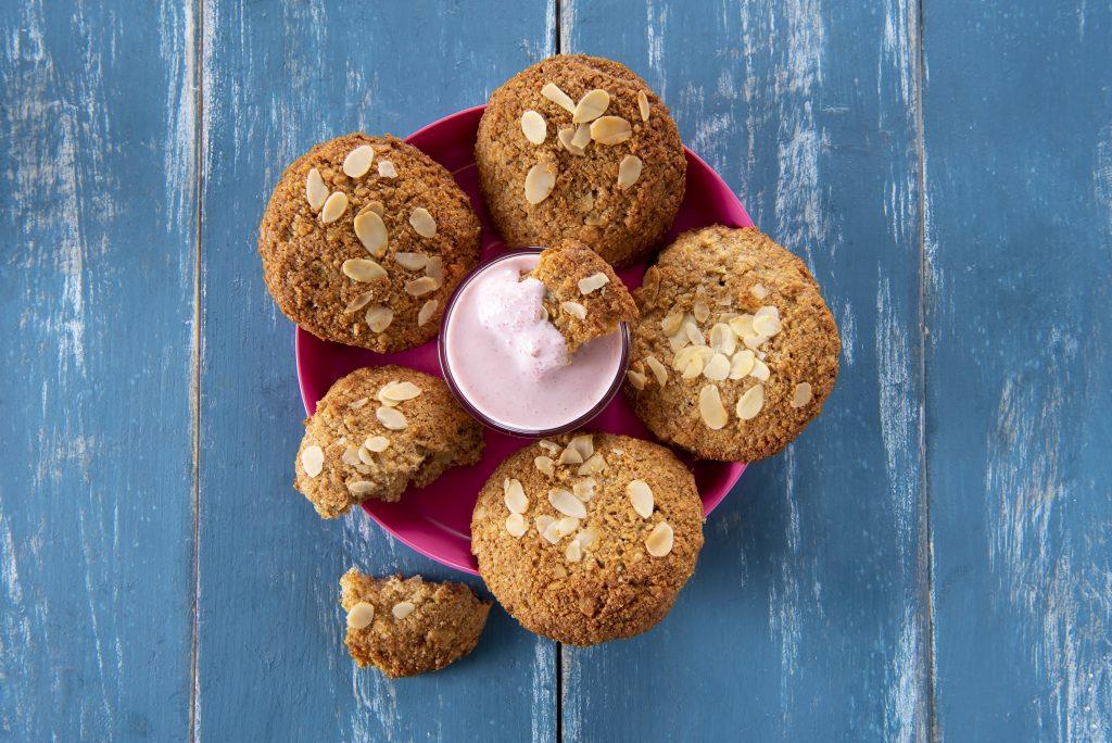 Oat Biscuits with Yoghurt Vanilla Dip